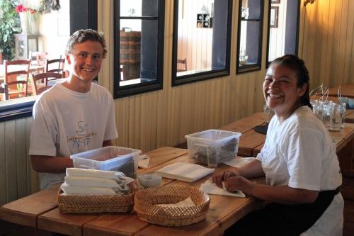 Adrian og Blanca pakker bestikke og skravler og ler!
