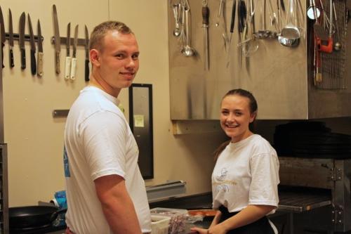Amalie og Markus trives på kjøkkenet mellom oppvask og pizzaproduksjon.