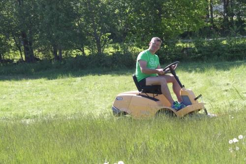 """""""Sjølen"""" klipper gresset på det som er sommerens største gressplen her i området."""