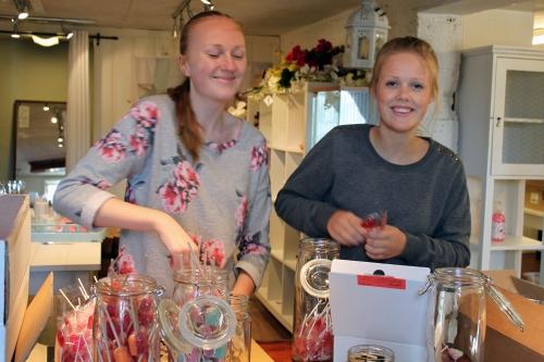 Tonje og Ingrid er gald for oppgaven med på fylle søtsaker i store glass.